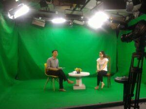 Livestream bán hàng online tự tin trước máy quay với không gian phòng quay chuyên nghiệp